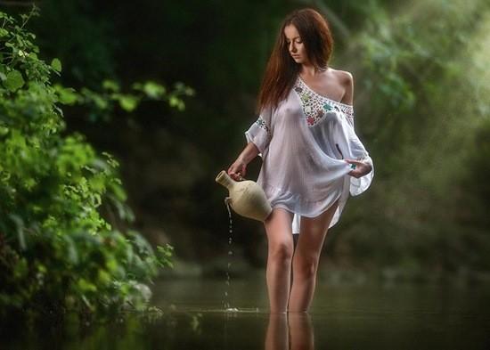 девушка полуголая в пруду
