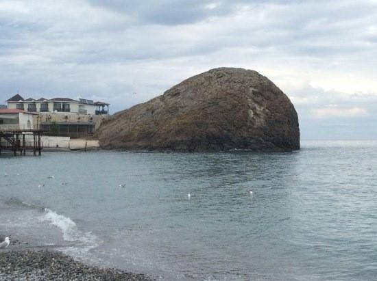 огромный камень в море