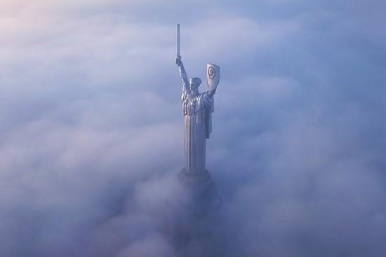 статуя в тумане